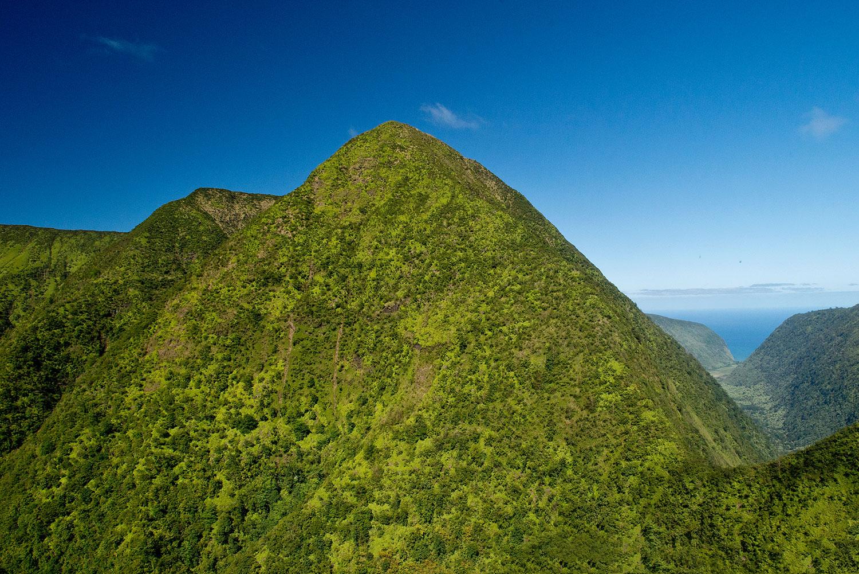 Hawaii - Berge mit Küste im Hintergrund