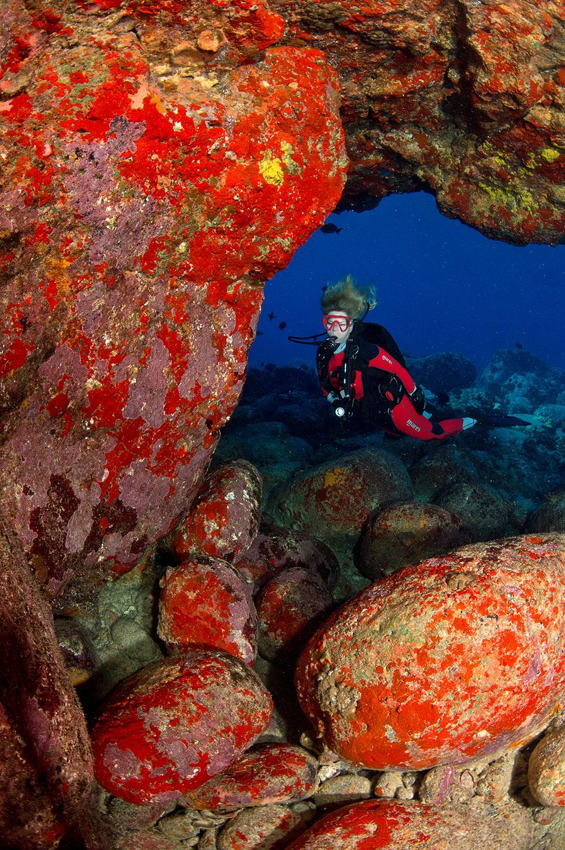 Hawaii - Unterwasser Durchbruch mit Taucherin Iris Thiele-Schmied