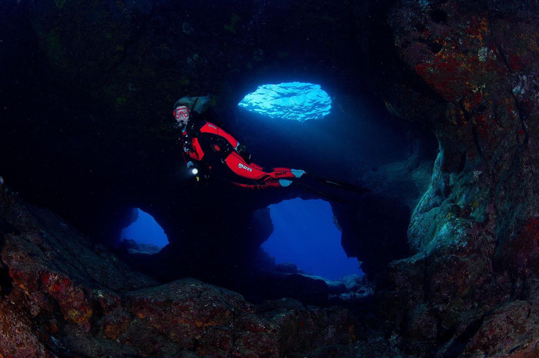 Hawaii - kleines Höhlensystem mit Taucherin Iris Thiele-Schmied