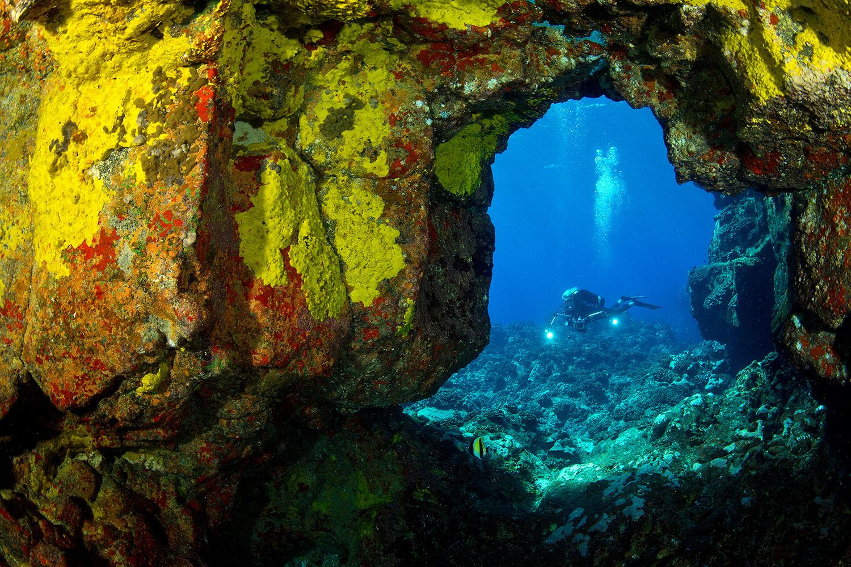 Hawaii - Höhlensystem mit Taucher