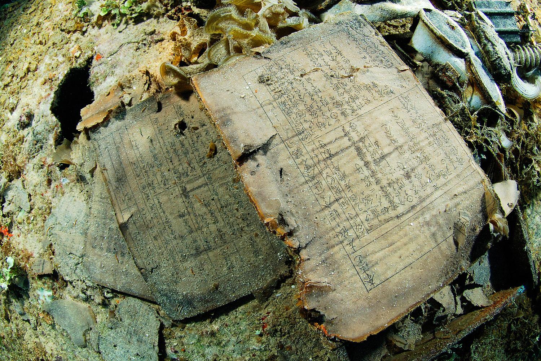 Truk Lagoon - Buch mit japanischen Schriftzeichen im Wrack