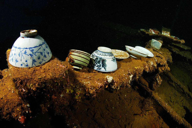 Truk Lagoon - Japanische Schalen im Wrack