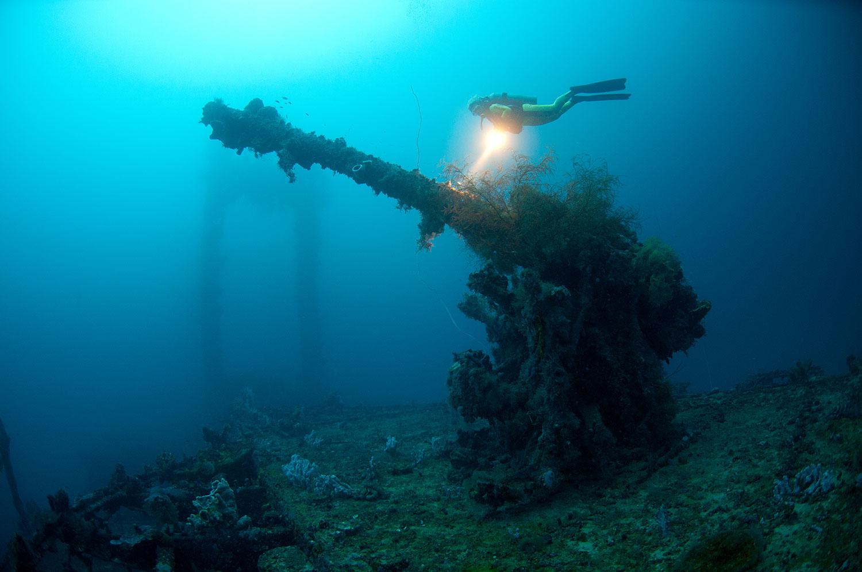 Truk Lagoon - Kanone mit Taucherin Iris Thiele-Schmied
