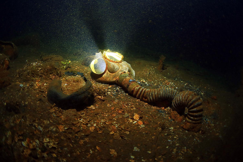 Truk Lagoon - Gasmaske im Wrack