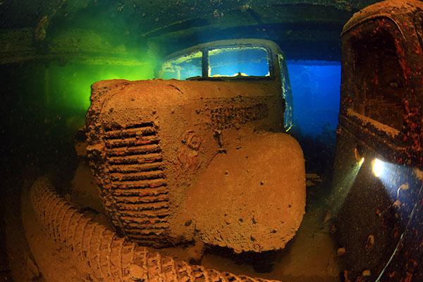 Truk Lagoon - Autowrack im Schiffsinneren